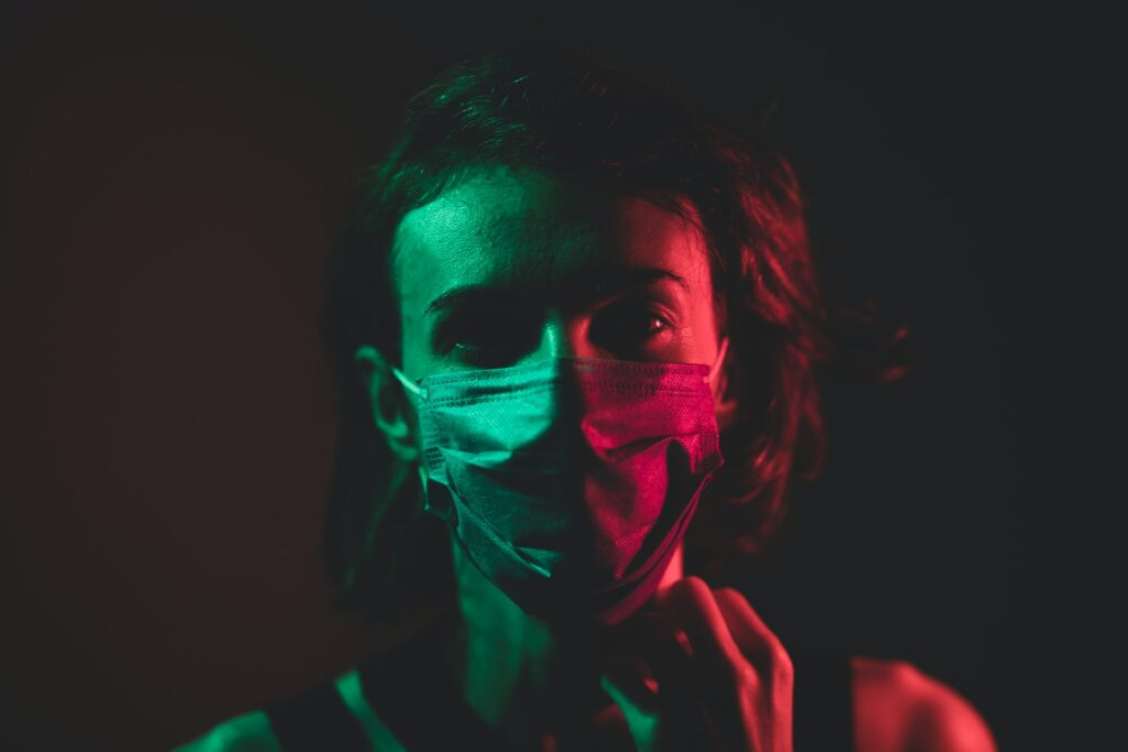 femeia cu mască